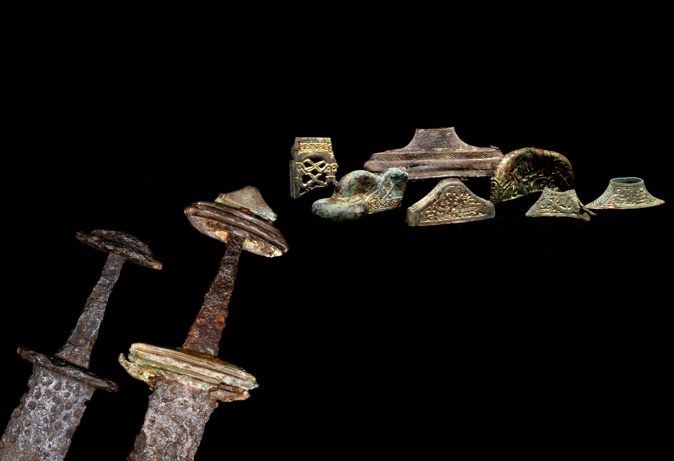 """Mõõgad ja mõõkade kullatud pronksdetailid Salme laevmatusest. Külasta näitust """"Viikingid enne viikingeid"""" Saaremaa muuseumis, kus esmakordselt eksponeeritakse Salme viikingilaeva leidusid. Foto: Valmar Voolaid / Saaremaa muuseum"""