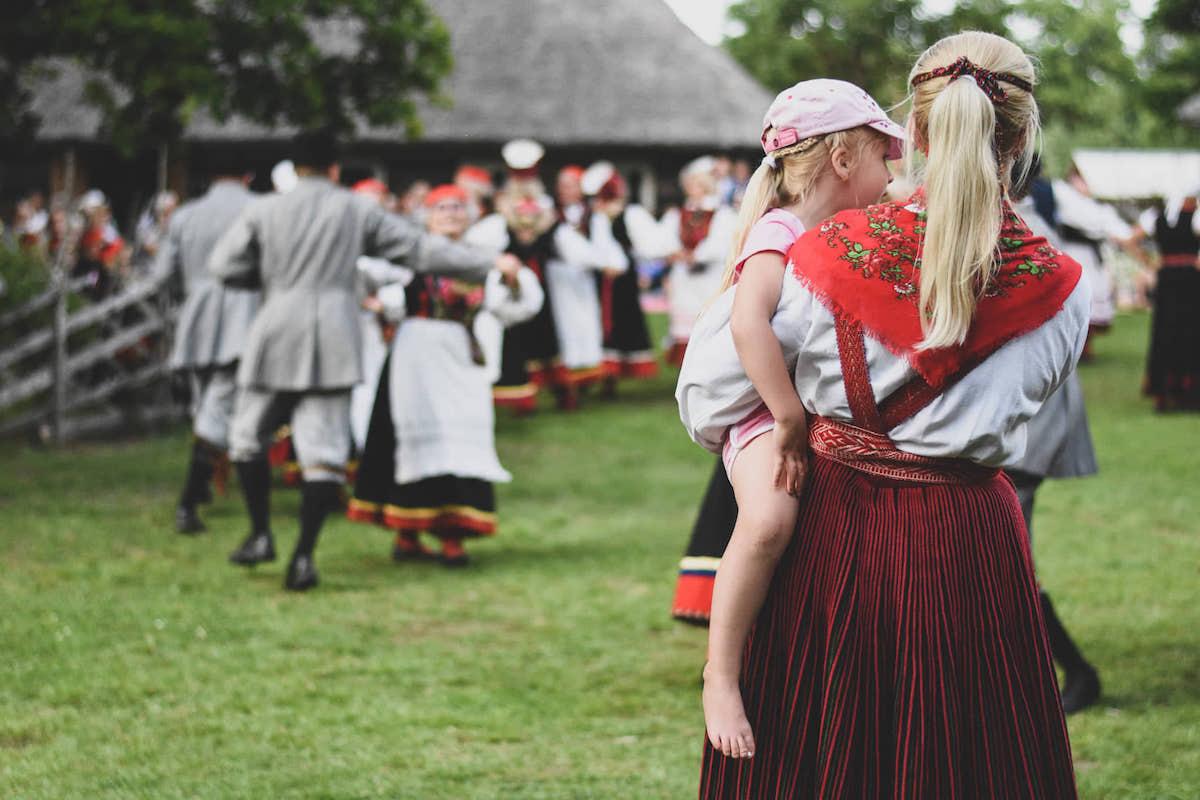 Juulikuu esimeses pooles toimuv Saaremaa suve- simman, kus kohalikud rahva- tantsijad talu murul lustivad. Foto: Liis Sepp