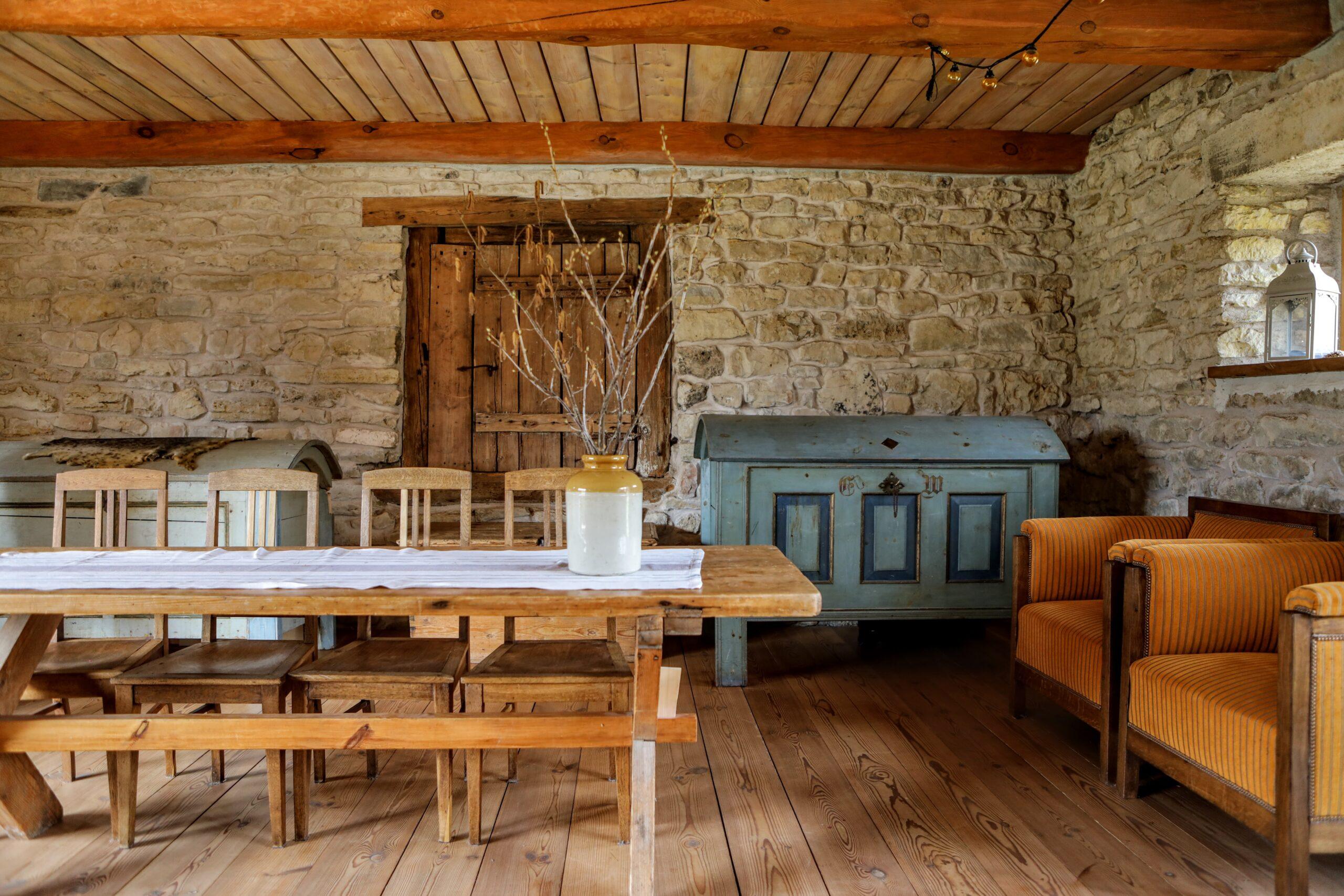 Vana loomalauda tagauksest pääseb keldrisse ja maja moodsa küttesüsteemi juurde.