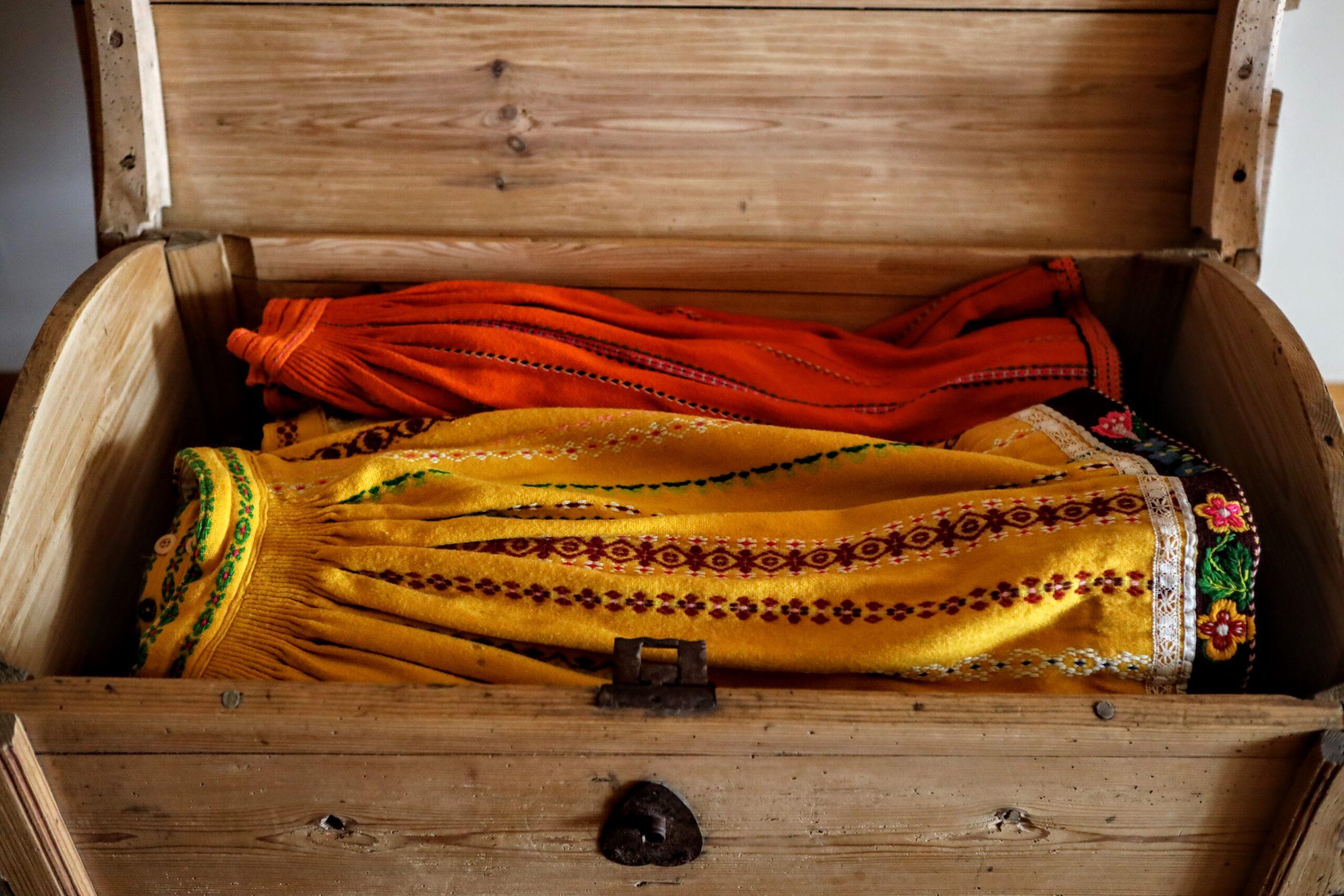 Pereisa Aini pärandusena on perel rikkalik kogu Muhu rahva- riideid: seelikuid, susse ja sukki.