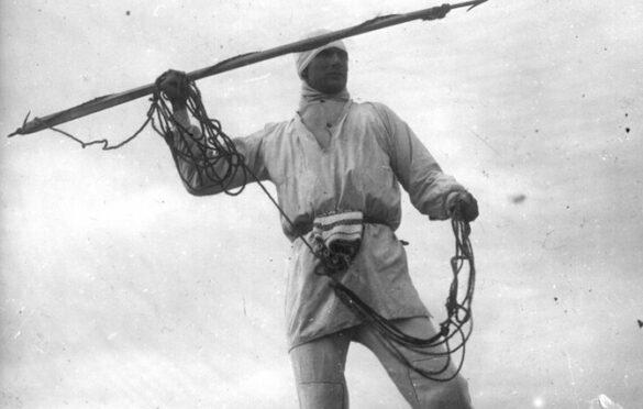 Hülgekütt harpuuni ja kelguga.  Foto: kultuurielu.ruhnu.ee