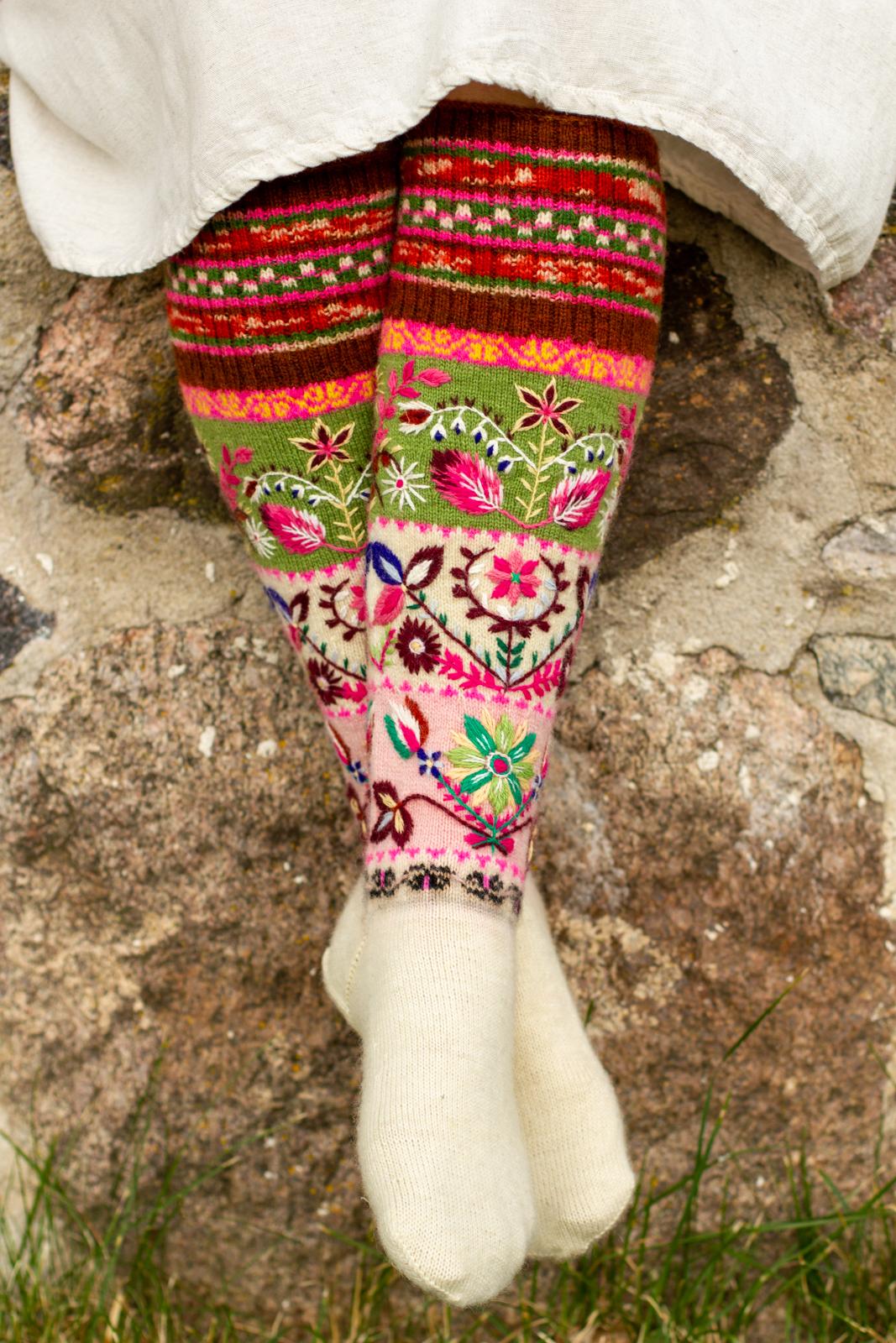 Roositud sukad kudus ja tikkis Anneli Tender. Foto: Anneli Tender