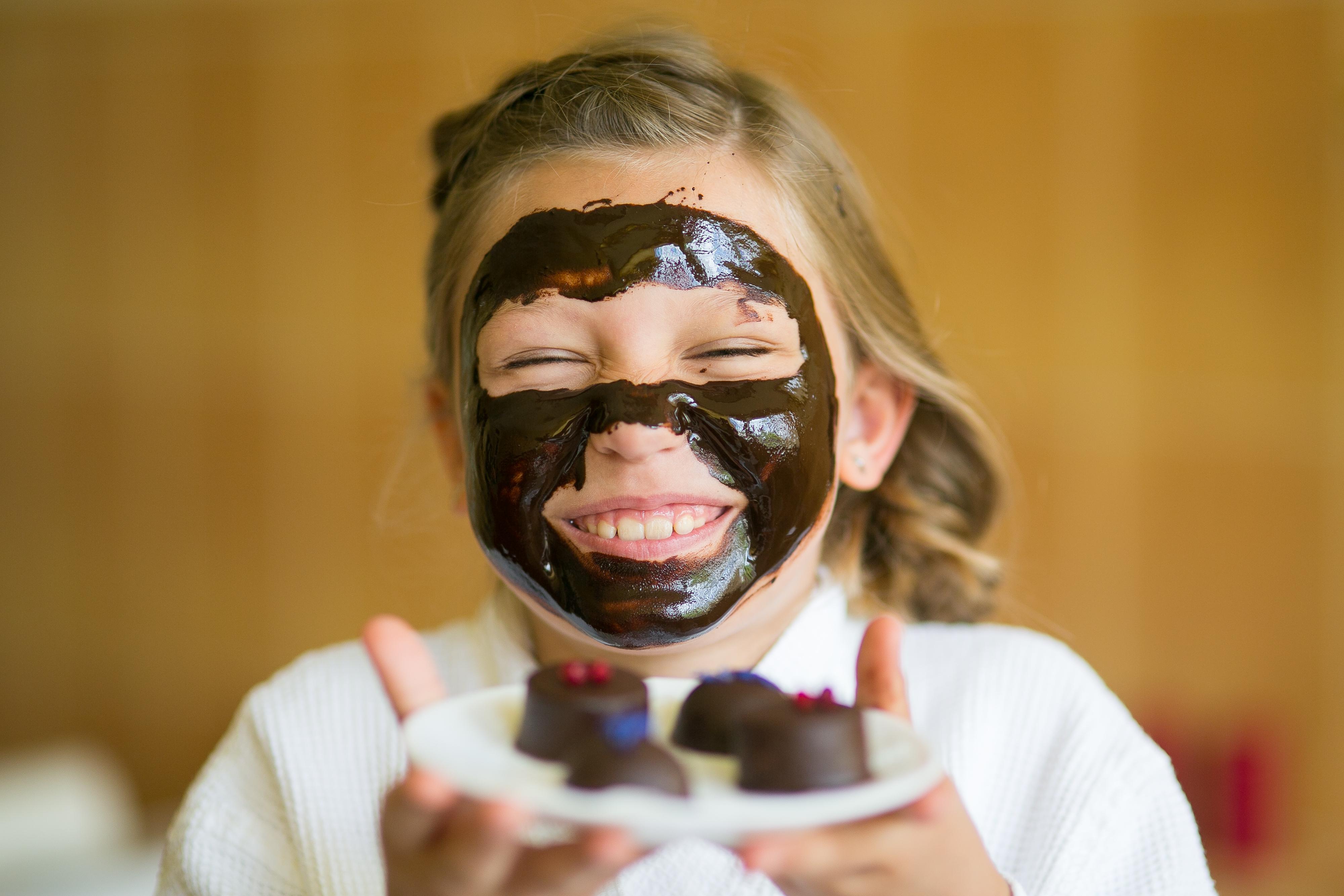 Hommikumantlis tüdruk hoiab enda ees taldrikut käsitöökommidega.