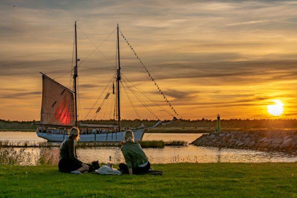 Purjelaev Hoppet Kuressaares Saaremaal Raiekivi säärel