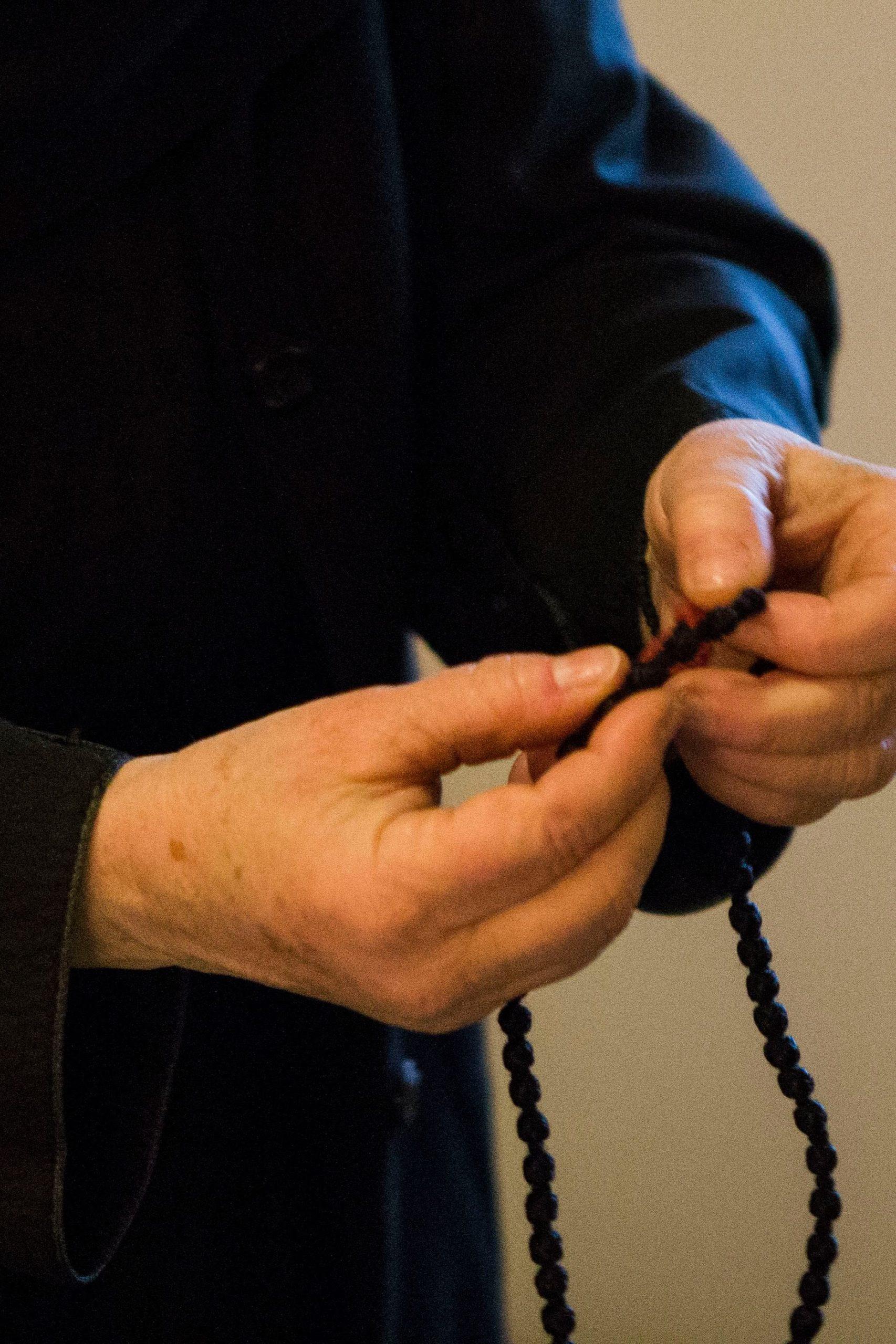 Reomäl nunnad palvetavad pidevalt, sõrmitsedes samal ajal isiklissu sõlmnööri