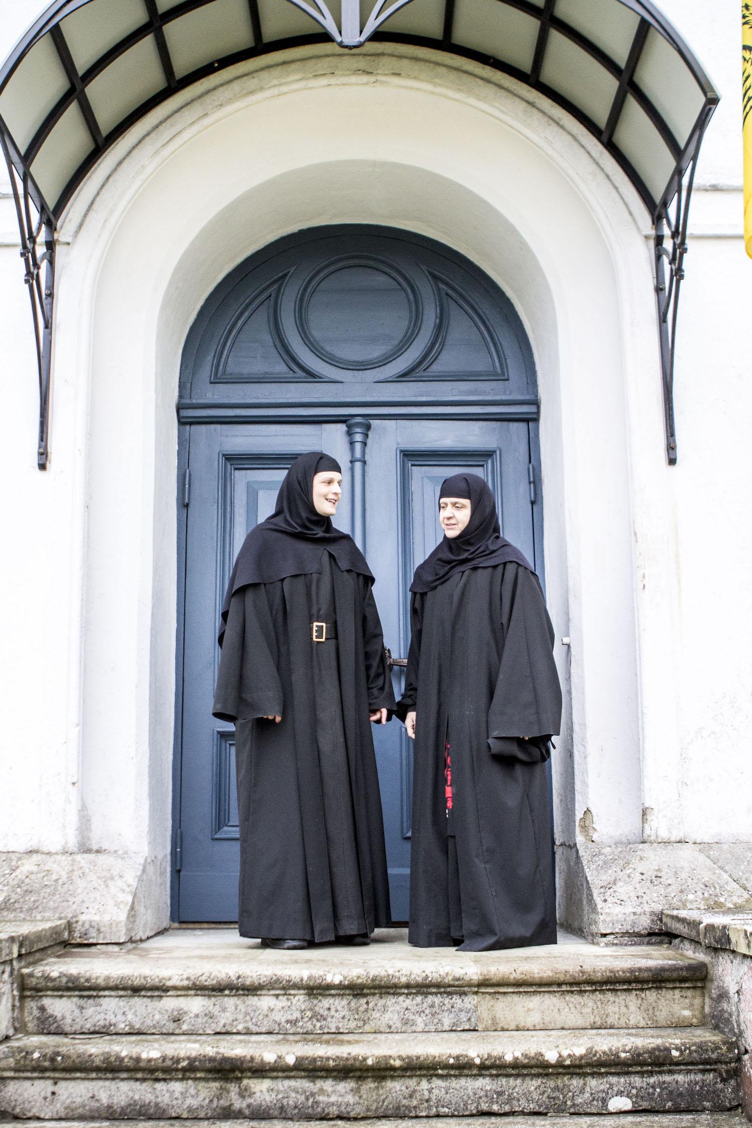 Nunnad seismas nunnaklosstri kirikuuksel Reomäel ja tervitamas külalisi