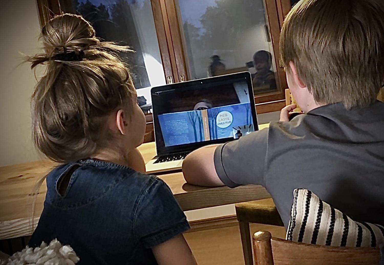 Lapsed kuulavad läbi arvuti vanaema loetavat muinasjuttu