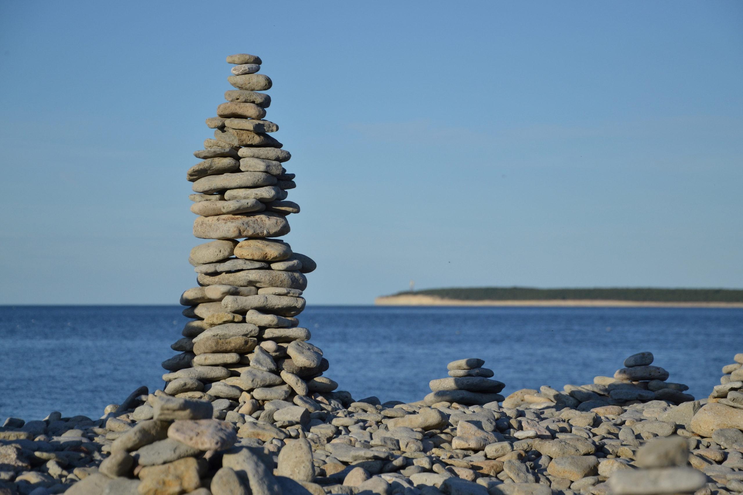 Ninase poolsaare randa on inimesed ladunud kivitornid