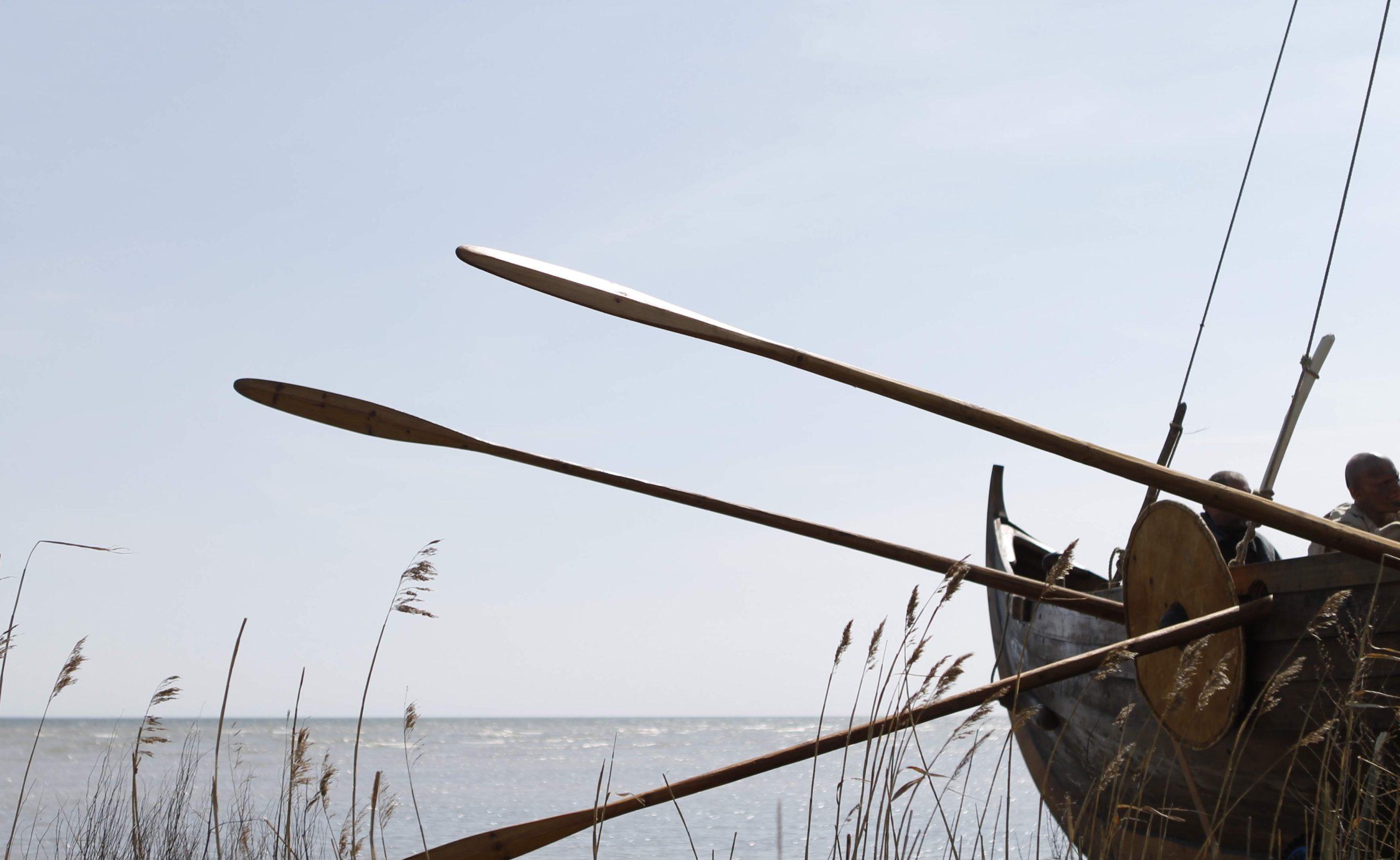 Viikingi paat Saaremaal merele minemas