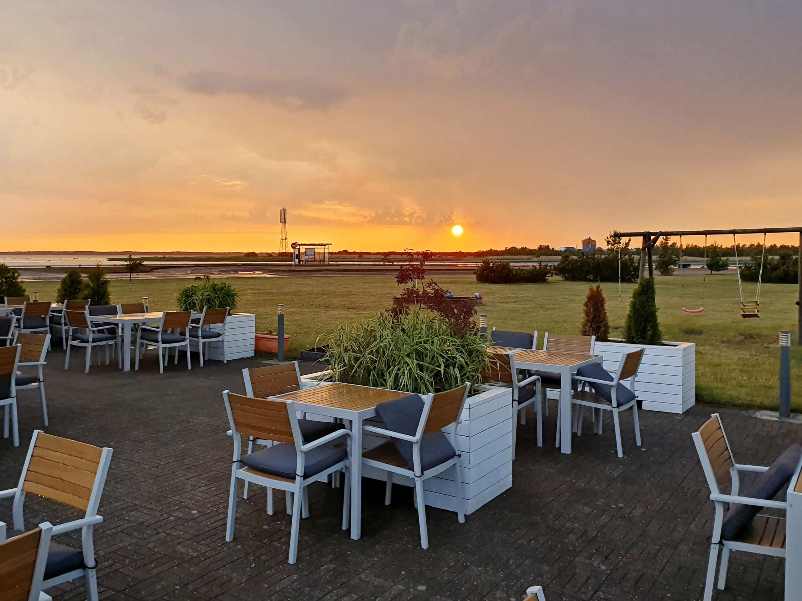 Päikeseloojang Roomassaare kohvikus