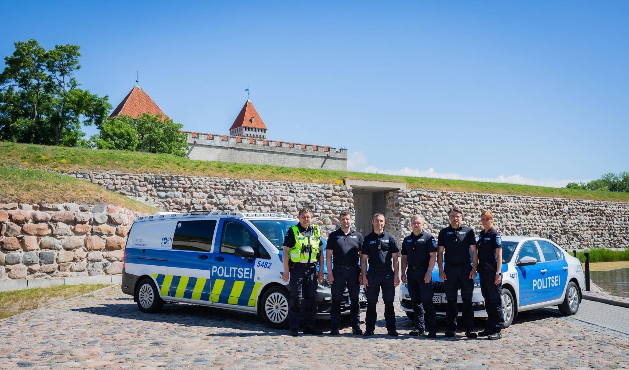 Kuressaare politseinikud lossi ees