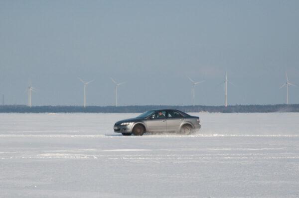 Saaremaale saab külmal talvel sõita mööda jääteed